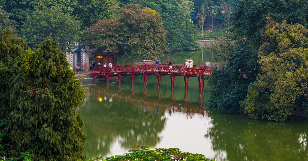 Photographie du pont qui mène au temple de réserve naturel de Ngoc Son
